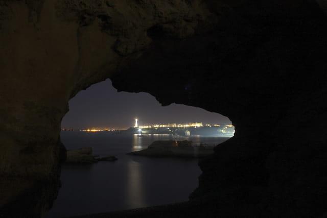 Biarritz à travers un rocher