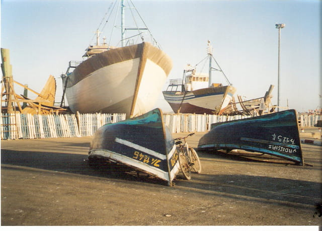 Bicyclette et barques  inversées
