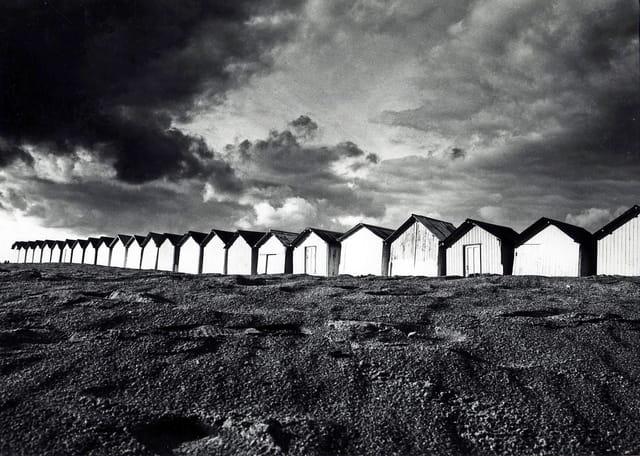 Blanches cabines sous ciel noir