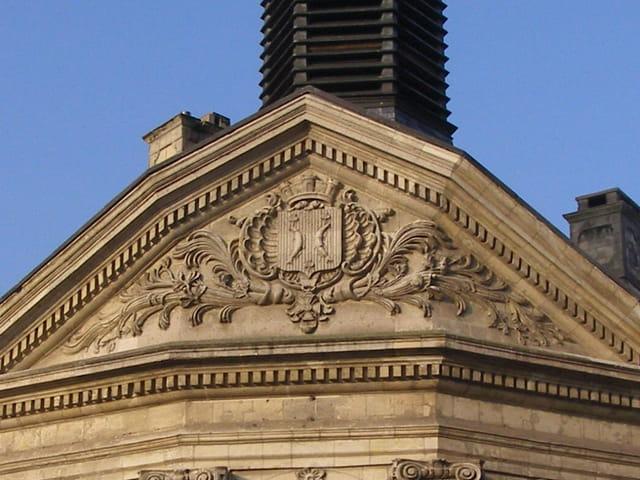 Blason de la ville : la municipalité a souhaité que figurent sur ses armes deux bars d'argent