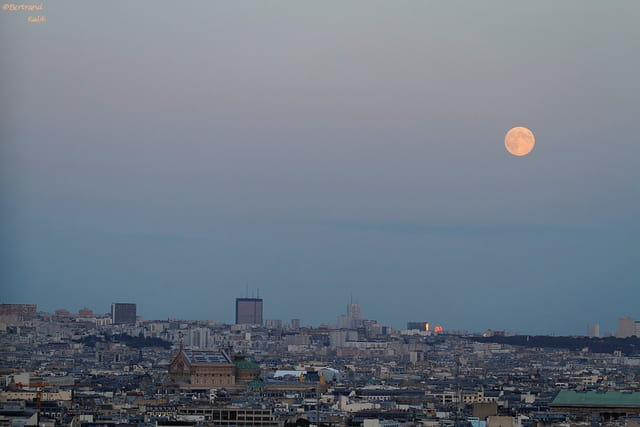 Blue moon depuis l'arc de triomphe