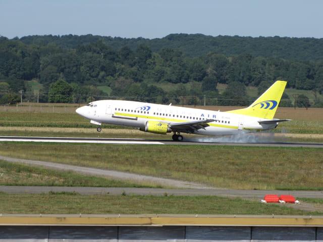 Boeing 737 à  l'atterrissage à Tarbes-Lourdes Cie Mistral Air