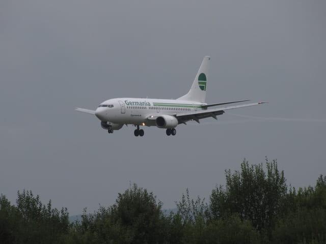 Boeing 737 Germania en axe de piste de l'aéroport Tarbes-Lourdes