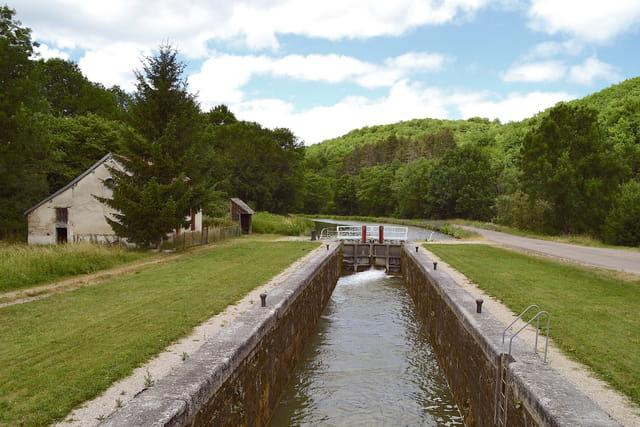 Canal de Bourgogne - Ecluse de la Roche aux Fées