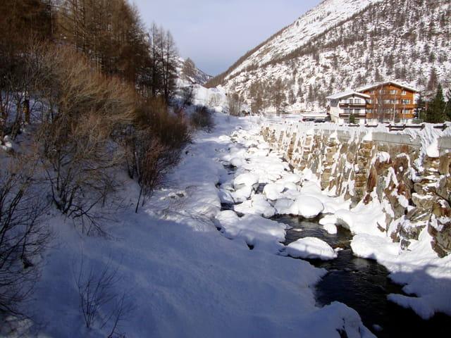 CANTON du VALAIS,Cours d'eau sous la neige à Saas Almagell
