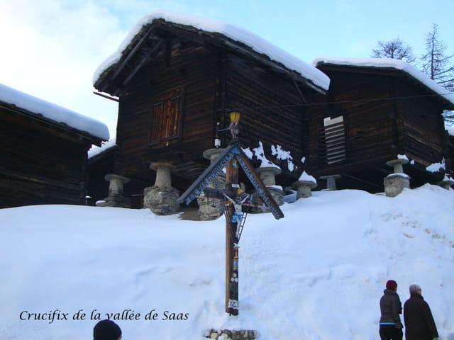 CANTON du VALAIS: Crucifix du Valis à Saas Fee