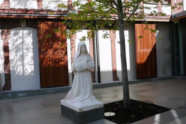 Carmel de Lisieux - Ste Thérèse à genoux