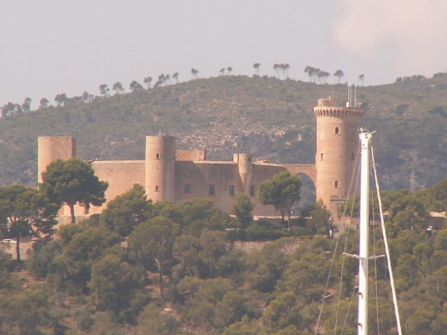 Castell bevell surplombant la ville