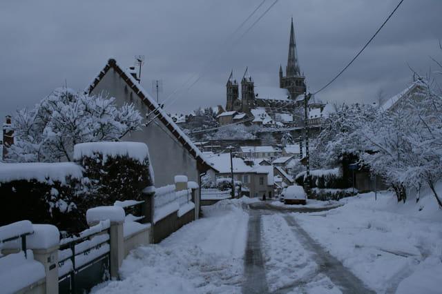 Cathedrale d'autun sous la neige