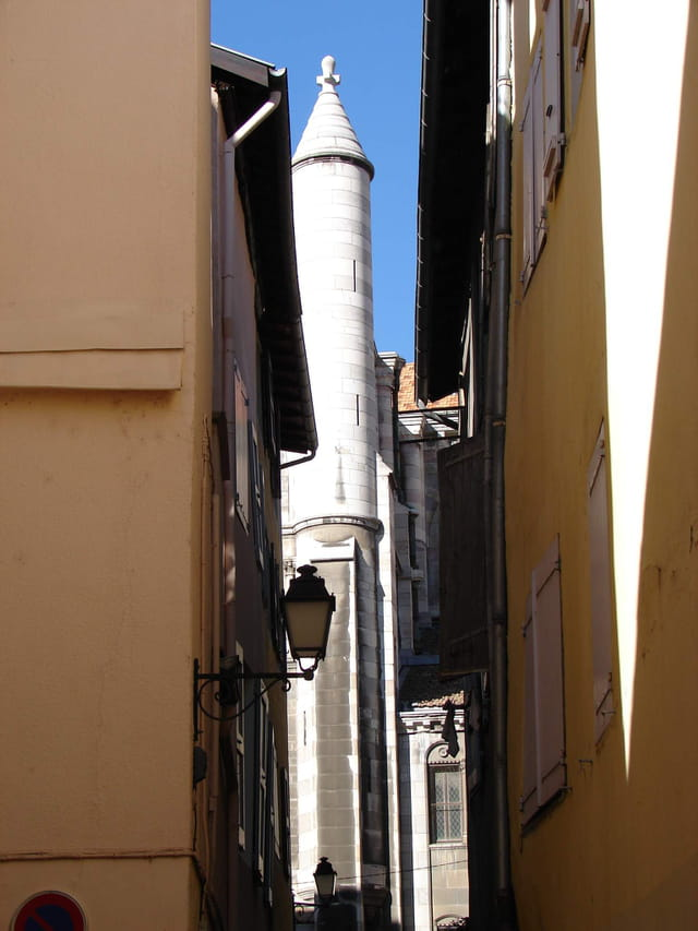 Cathédrale entre deux ruelles