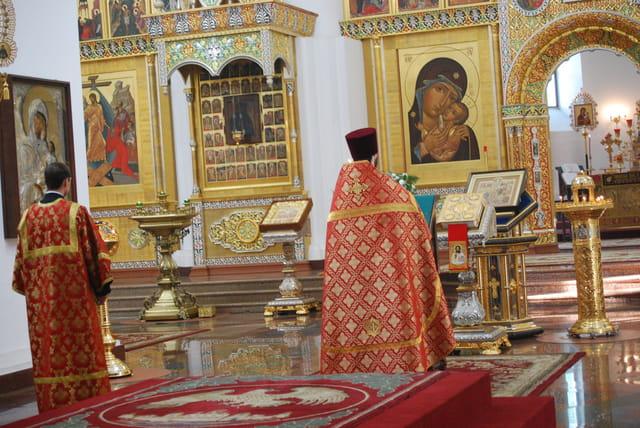 cérémonie religieuse dans la cathédrale de la Dormition