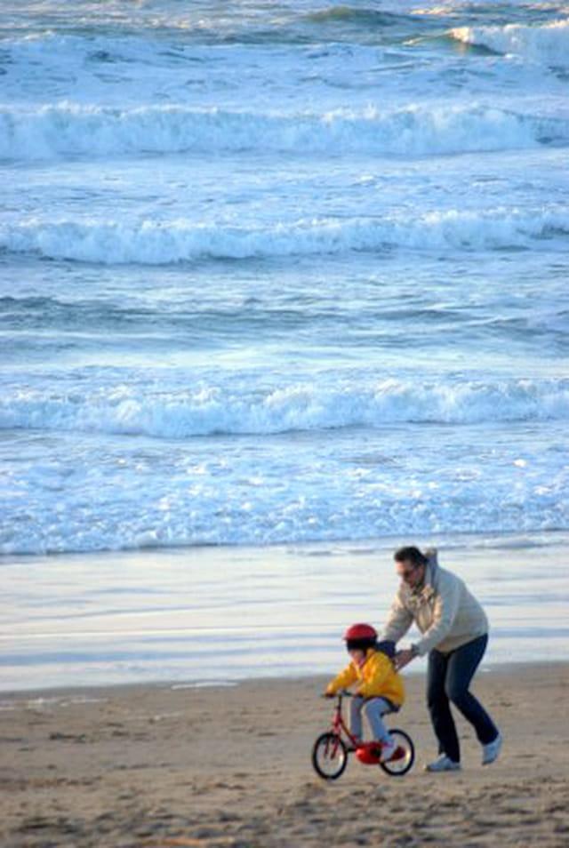 chacun son sport à la plage l'hiver
