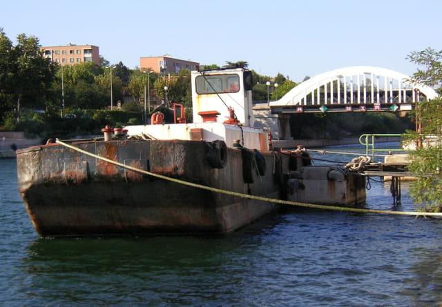 Chaland à quai à Port de Bouc