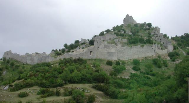 Château de crussol et ses remparts