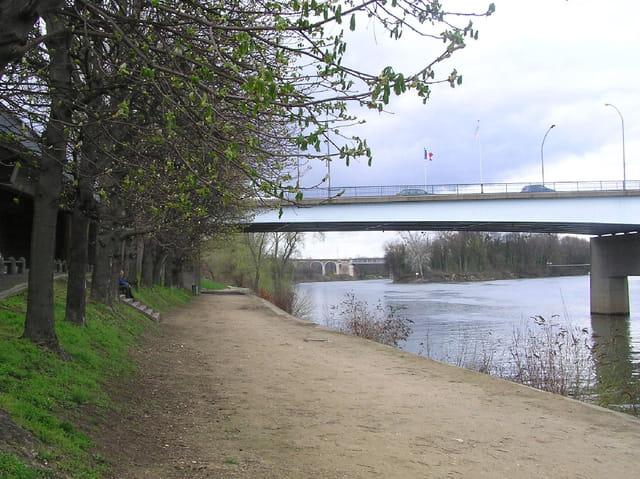 Chemin sous les ponts