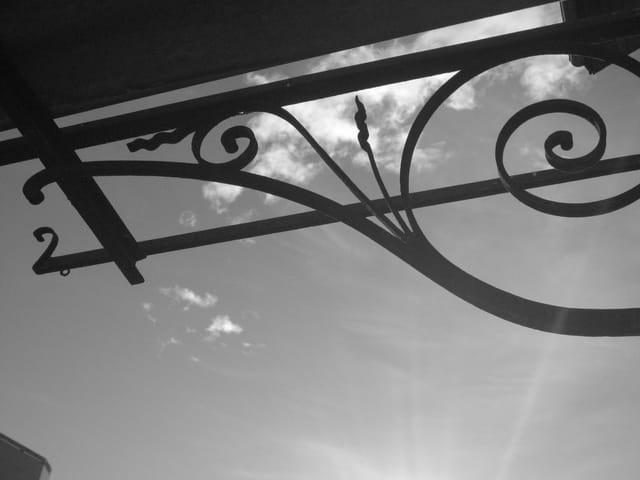 Ciel à travers ferronnerie
