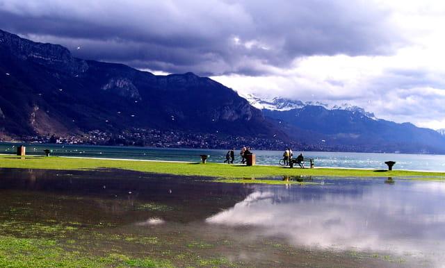 Ciel d'orage au bord du lac
