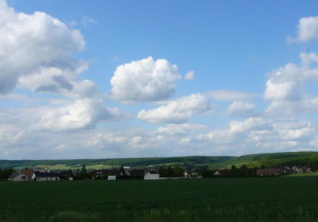 Ciel nuageux sur un village de Normandie