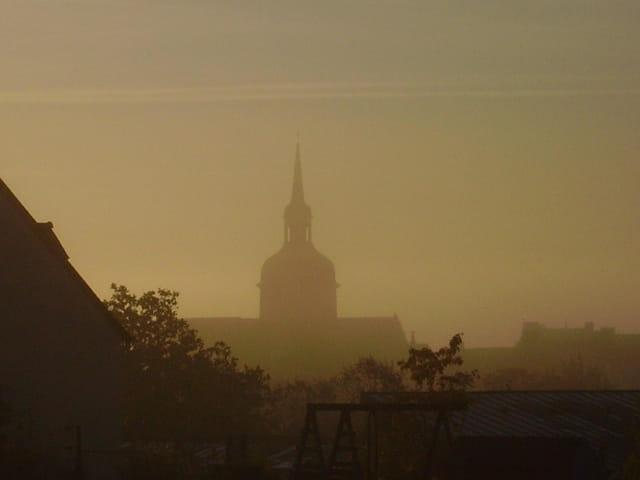 Clocher dans la brume du matin