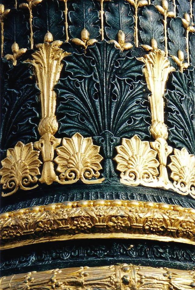 Colonne rostrale. décor avec dorure