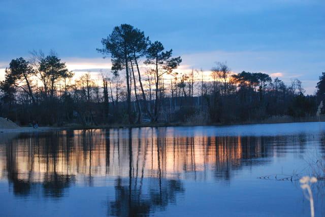 Coucher de soleil de décembre sur le lac