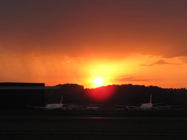Coucher de soleil sur aéroport de Tarbes-Lourdes