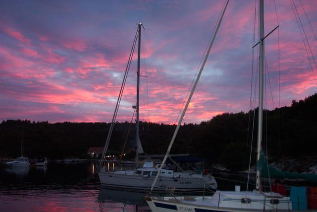 Coucher de soleil sur la mer et bateaux