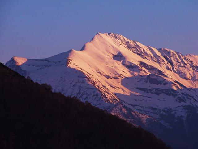 Coucher de soleil sur la montagne.