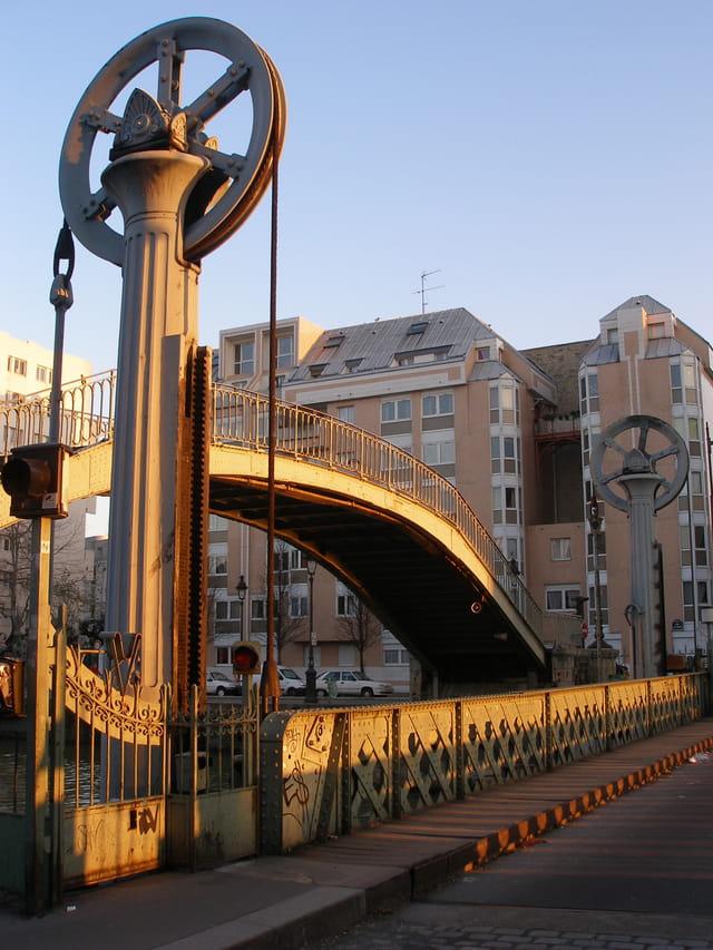 Coucher de soleil sur le pont levant de la rue de Crimée