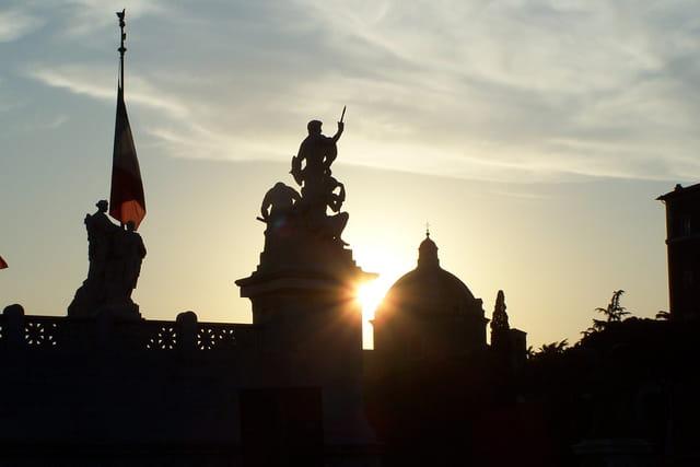 Coucher de soleil sur monument