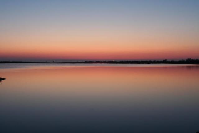 Coucher de soleil sur un étang de camargue