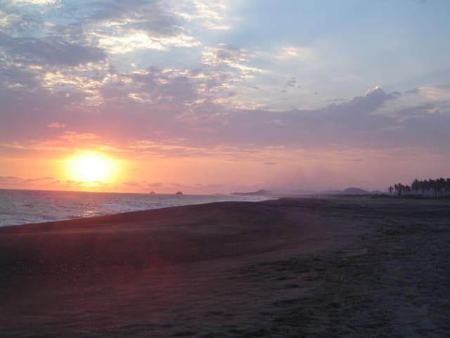 Coucher desoleil sur plage déserte