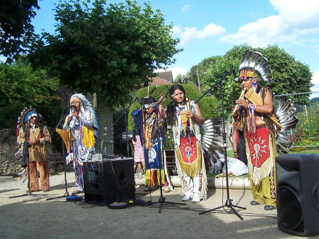 Country Mirande - Des indiens dans la ville.