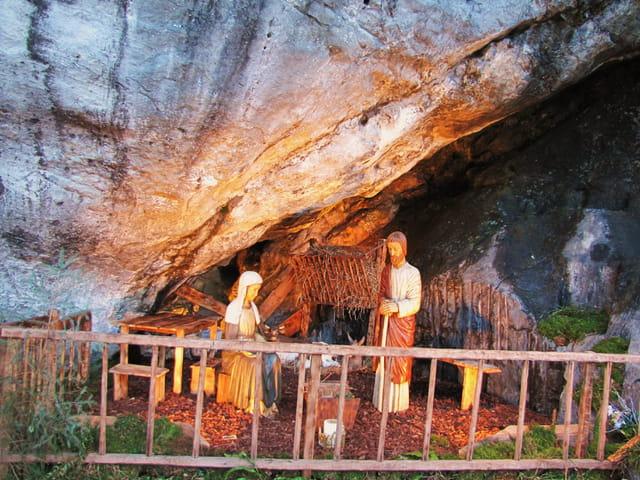 Crèche de la grotte de Lourdes.
