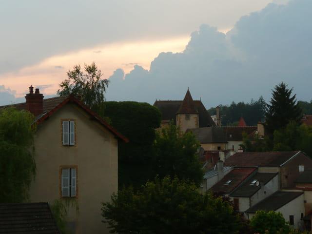 Crépuscule sur les toits de Charolles