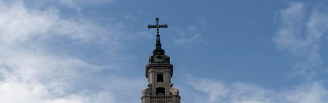 Croix qui touche le ciel