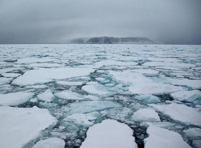 Dans le pack ice ; au loin Kap Stewart