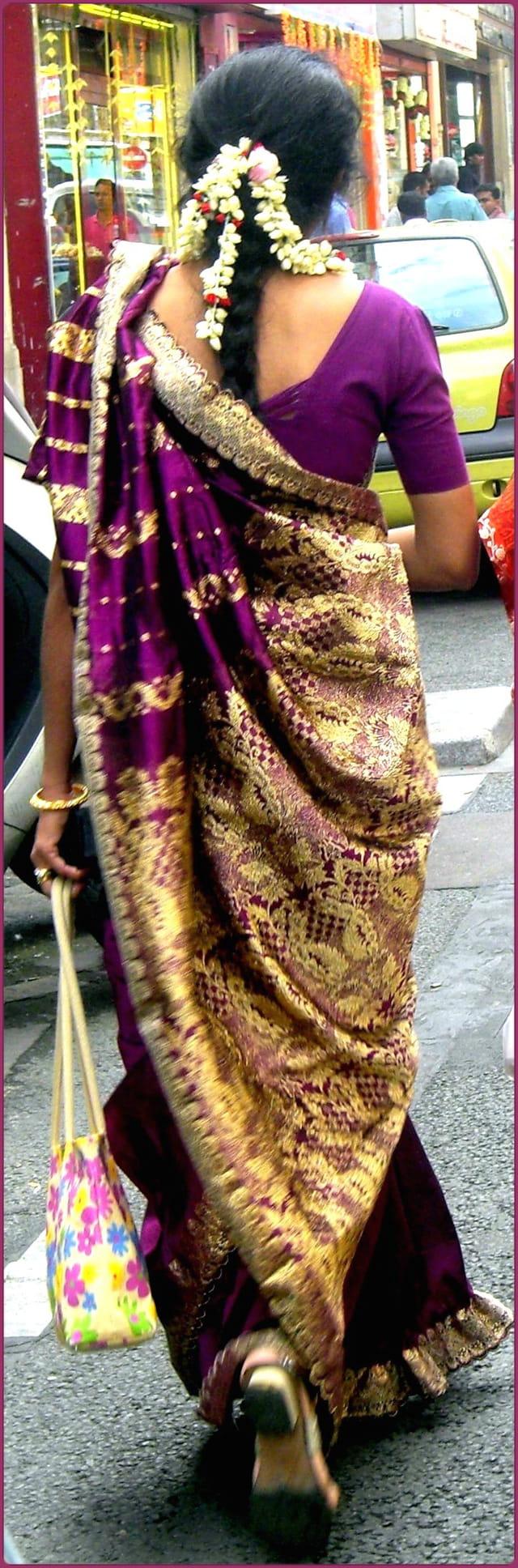 Démarche altière d'une Indienne en sari