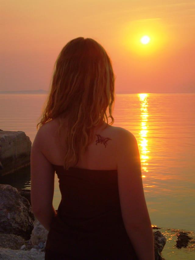Demoiselle dans le soleil couchant