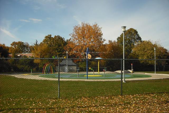 Derrière la clôture au Parc Hartenstein à l'automne