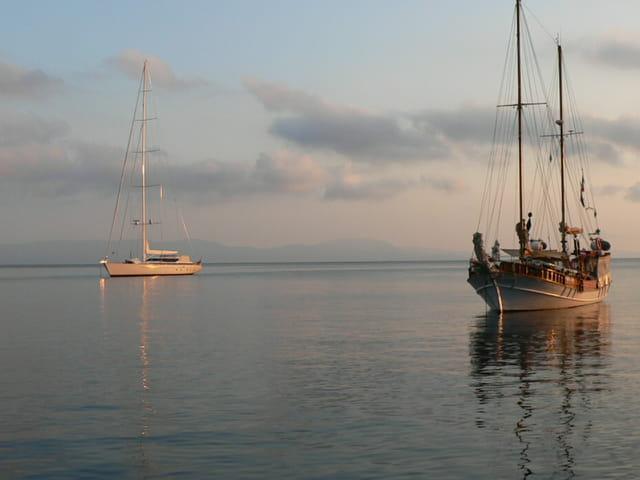 Deux bateaux au mouillage