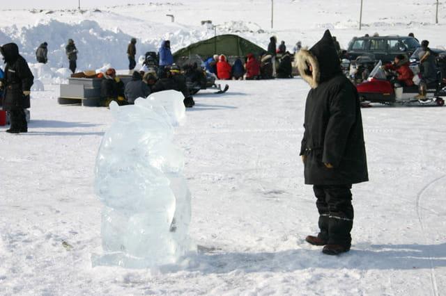 Deux inuits dont un de glace