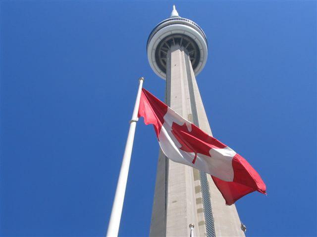 Drapeau et Tour Nationale du Canada