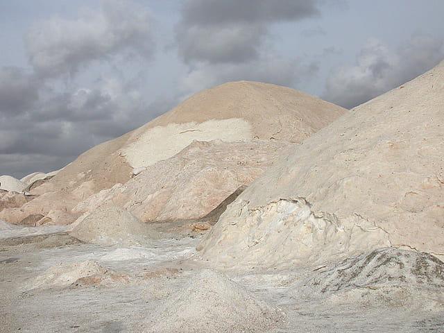 Dunes de sel sur lac rose