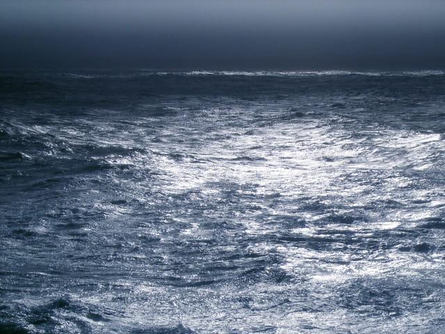 Eclair de lumière sur mer agitée