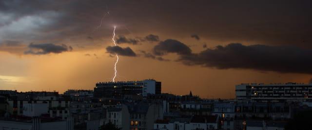 Eclair sur Paris, 22 août 2011