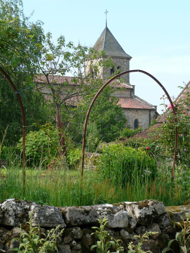 Eglise à travers les arceaux