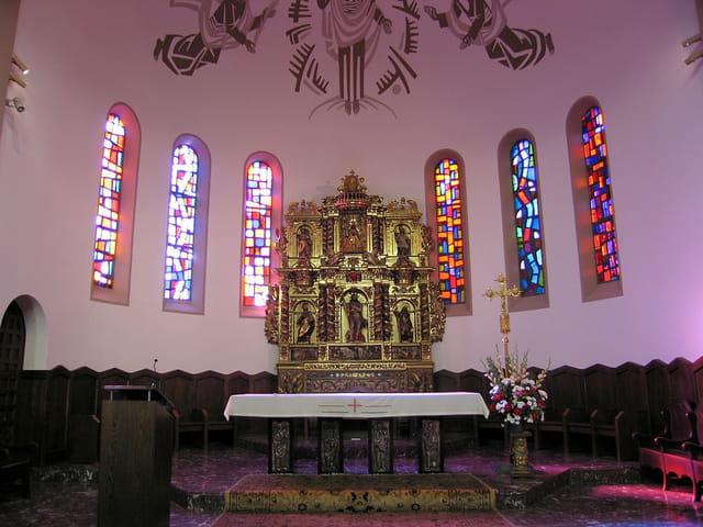 Eglise de Saint-Estève (9) L'autel