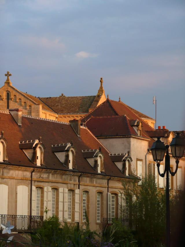 Eglise et façades à la lumière du soir