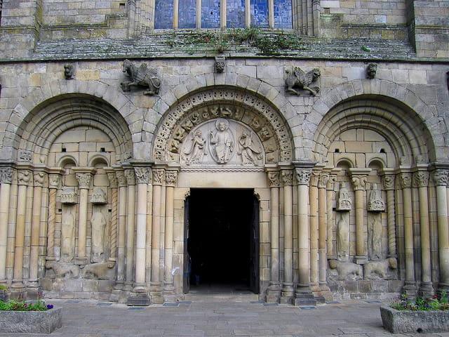 Eglise Saint Sauveur (3) Porte d'entrée